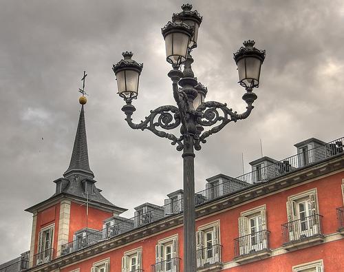 ¿Por qué Madrid tiene farolas «fernandinas»?